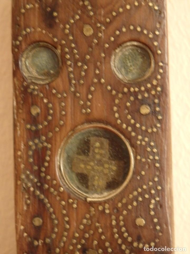 Antigüedades: Cruz relicario en madera tallada conteniendo cuarenta y dos oquedades. Siglos XVII.. - Foto 23 - 148702274