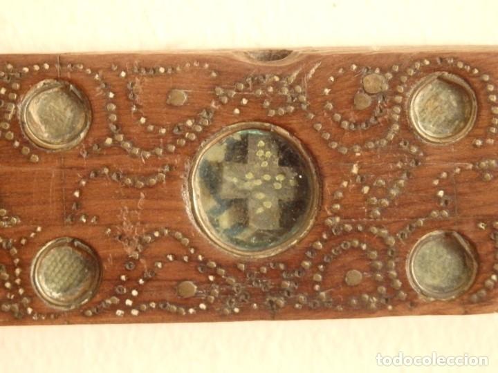 Antigüedades: Cruz relicario en madera tallada conteniendo cuarenta y dos oquedades. Siglos XVII.. - Foto 24 - 148702274