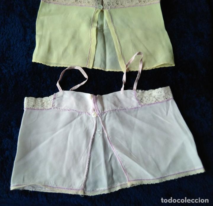 Antigüedades: Par de camisas infantiles rayón amarilllo y rosa con puntillas y bordados, años 1920-30 - Foto 2 - 148706538