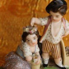 Antigüedades: FIGURA PORCELANA NIÑO PONE UNA CORONA NIÑA SIMBOLO DEL AMOR Y LA UNIÓN EN PORCELANA FRANCESA 1900 ?. Lote 148742210