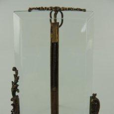 Antigüedades: ANTIGUO PORTAFOTOS EN BRONCE Y CRISTAL BISELADO.EXCELENTE DECORACION. Lote 148748734