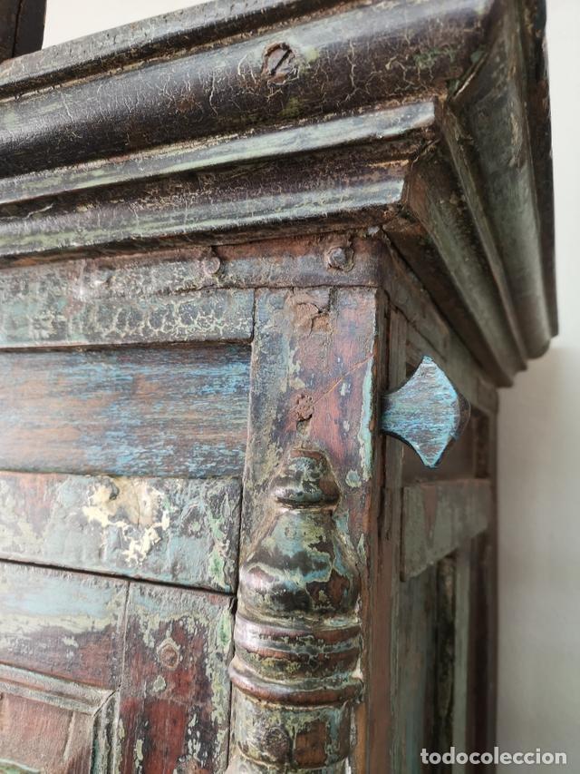 Antigüedades: IMPRESIONANTE ANTIGUA ALACENA DE 2 CUERPOS DE TECA PINTADA Y PATINADA INDIA S XIX - Foto 9 - 148779878