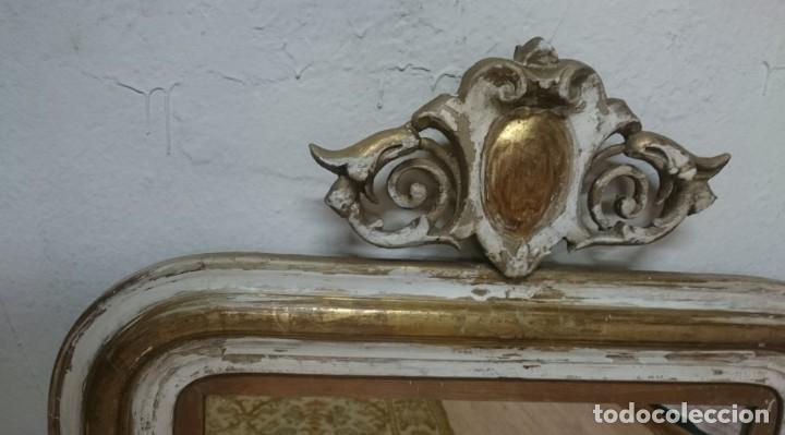 Antiques: Antiguo espejo isabelino dorado al oro fino con restos de estuco. Copete. Madera de pino. 97x62 cm - Foto 3 - 148782126
