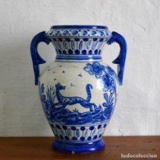 Antigüedades: JARRON CON ASAS * CERÁMICA TALAVERA EN AZULES ANIMALES * GRAN TAMAÑO 26 CM ALTO. Lote 148804114