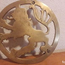 Antigüedades: SALVAMANTELES EN BRONCE CON LEÓN. Lote 164766033