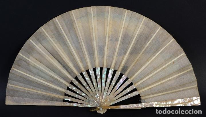 Antigüedades: Abanico varillaje en nácar país en tela pintada a mano Escena romántica con lentejuelas siglo XIX - Foto 2 - 148936918