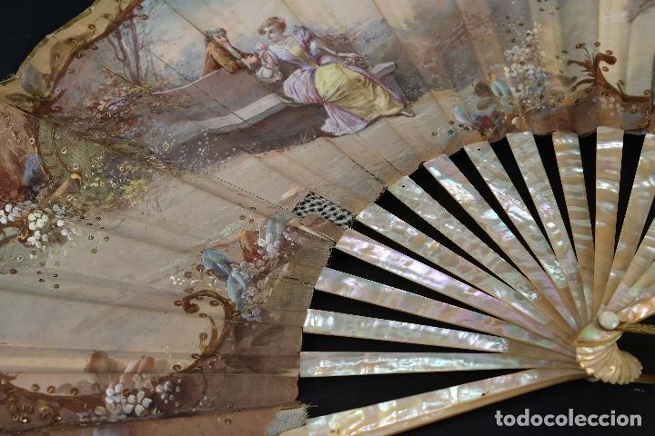 Antigüedades: Abanico varillaje en nácar país en tela pintada a mano Escena romántica con lentejuelas siglo XIX - Foto 3 - 148936918