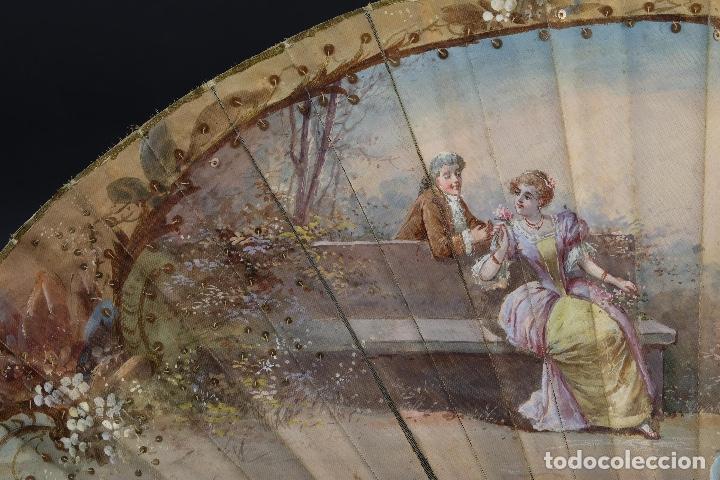 Antigüedades: Abanico varillaje en nácar país en tela pintada a mano Escena romántica con lentejuelas siglo XIX - Foto 4 - 148936918