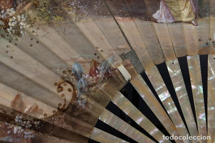 Antigüedades: Abanico varillaje en nácar país en tela pintada a mano Escena romántica con lentejuelas siglo XIX - Foto 5 - 148936918