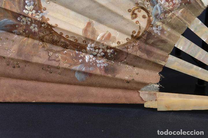 Antigüedades: Abanico varillaje en nácar país en tela pintada a mano Escena romántica con lentejuelas siglo XIX - Foto 6 - 148936918