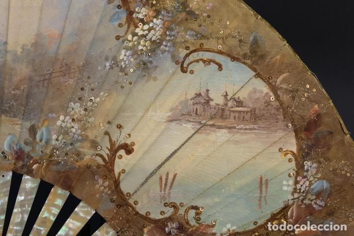 Antigüedades: Abanico varillaje en nácar país en tela pintada a mano Escena romántica con lentejuelas siglo XIX - Foto 7 - 148936918