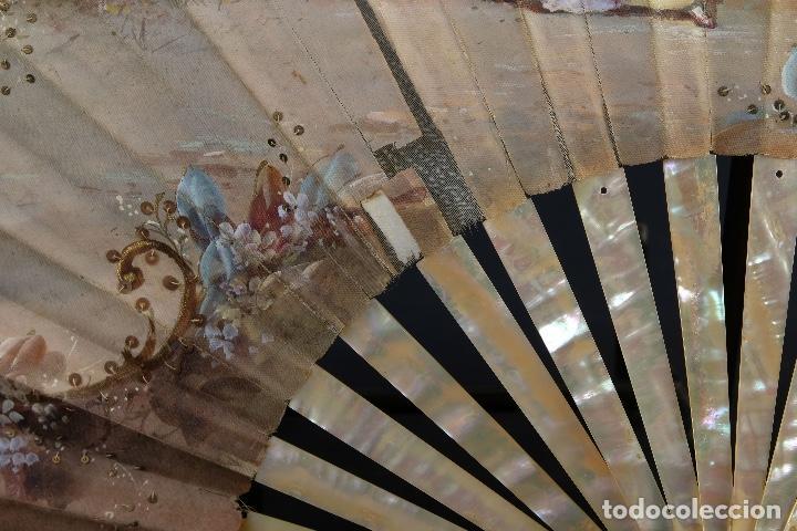 Antigüedades: Abanico varillaje en nácar país en tela pintada a mano Escena romántica con lentejuelas siglo XIX - Foto 10 - 148936918