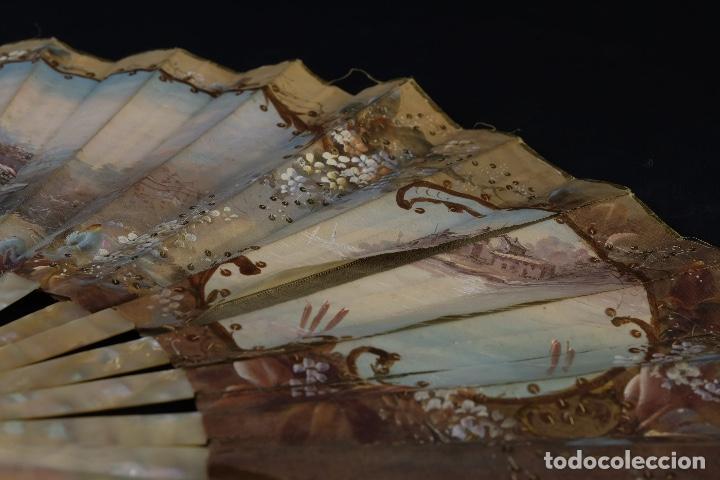 Antigüedades: Abanico varillaje en nácar país en tela pintada a mano Escena romántica con lentejuelas siglo XIX - Foto 12 - 148936918