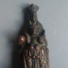 Antigüedades: BONITA FIGURA RELIGIOSA ANTIGUA NUESTRA SEÑORA DE MONTSERRAT METÁLICA / 75 X 35 X 35 MM. Lote 148945289