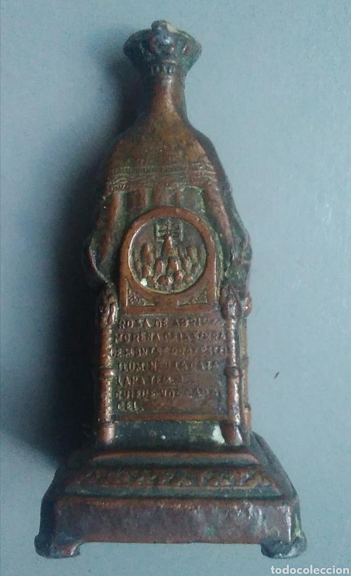 Antigüedades: Bonita figura religiosa antigua nuestra señora de montserrat metálica / 75 x 35 x 35 mm - Foto 4 - 148945289