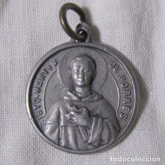 MEDALLA CON RELIQUIA TEXTIL BEATO MARTÍN DE PORRES (Antigüedades - Religiosas - Medallas Antiguas)