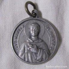 Antigüedades: MEDALLA CON RELIQUIA TEXTIL BEATO MARTÍN DE PORRES. Lote 148976926