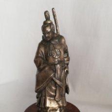 Antigüedades: ESCULTURA FIGURA DE SAMURAI JAPONES EN METAL COLOR PLATA Y PEANA DE MADERA. Lote 148992744