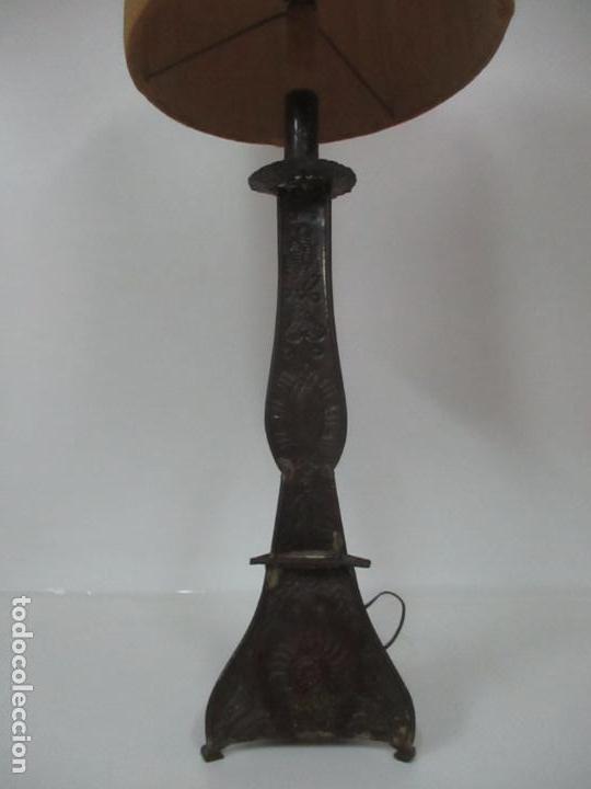 Antigüedades: Lámpara Candelabro Antigua - Hojalata Cincelada - Electrificada, Funciona - Candelabro S. XVIII - Foto 2 - 149015870