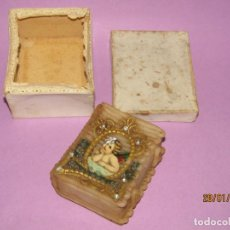 Antigüedades: ANTIGUO LIBRO CAJA BELLAMENTE ORLADA DE CERA EN CAJA ORIGINAL. Lote 149046410