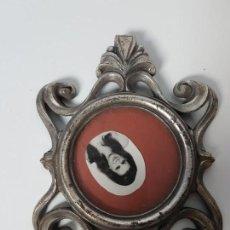Antigüedades: MARCO ANTIGUO EN METAL CON FOTOGRAFIA ( AÑOS 60 ). Lote 149210122