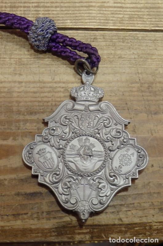 SEMANA SANTA SEVILLA, MEDALLA CON CORDON, HERMANDAD DEL MUSEO (Antigüedades - Religiosas - Medallas Antiguas)