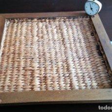 Antigüedades: BANDEJA RUSTICA DE MADERA TRENZADA EN CUERDA, AÑOS 60. Lote 149262134