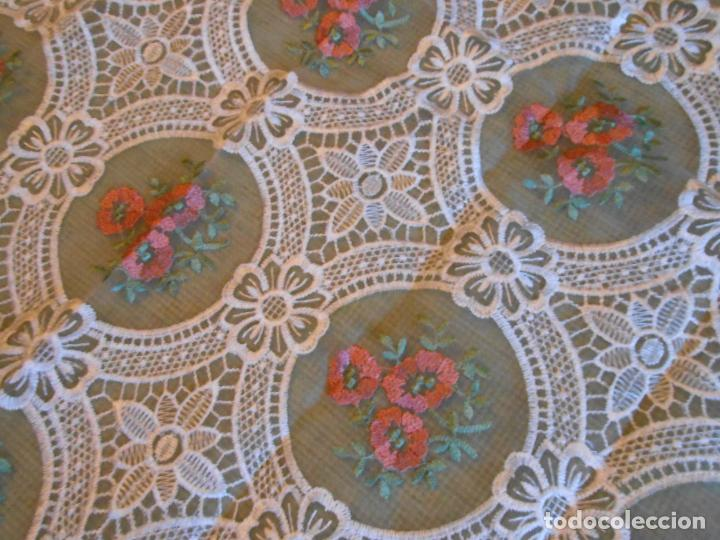 Antigüedades: Bonito mantelito / tapete,estilo guipur. Blanco con bordados color .90 x 90 cm nuevo - Foto 2 - 149364258