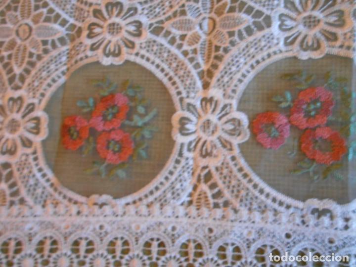 Antigüedades: Bonito mantelito / tapete,estilo guipur. Blanco con bordados color .90 x 90 cm nuevo - Foto 3 - 149364258