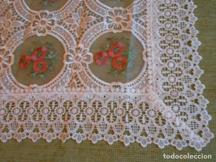 Antigüedades: Bonito mantelito / tapete,estilo guipur. Blanco con bordados color .90 x 90 cm nuevo - Foto 4 - 149364258