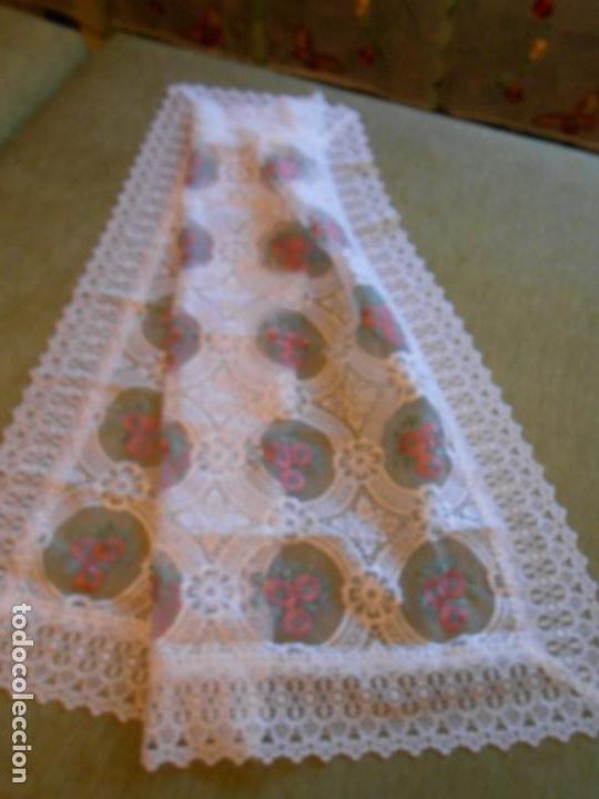 Antigüedades: Bonito mantelito / tapete,estilo guipur. Blanco con bordados color .90 x 90 cm nuevo - Foto 5 - 149364258