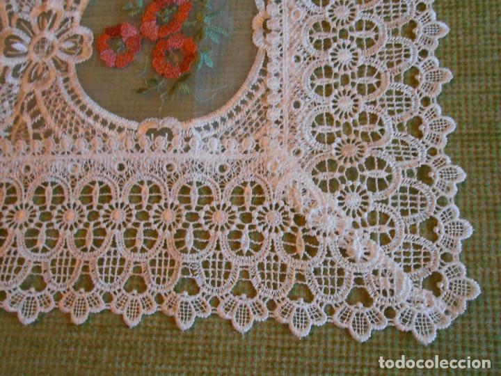 Antigüedades: Bonito mantelito / tapete,estilo guipur. Blanco con bordados color .90 x 90 cm nuevo - Foto 6 - 149364258