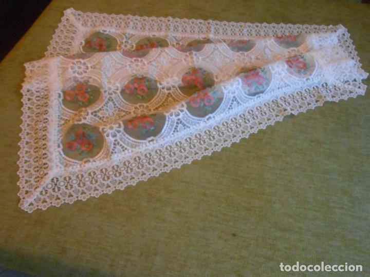 Antigüedades: Bonito mantelito / tapete,estilo guipur. Blanco con bordados color .90 x 90 cm nuevo - Foto 7 - 149364258