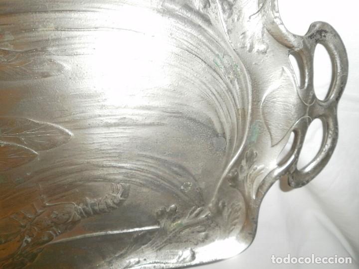 Antigüedades: GRAN BANDEJA MODERNISTA DE PELTRE - Foto 2 - 149371238