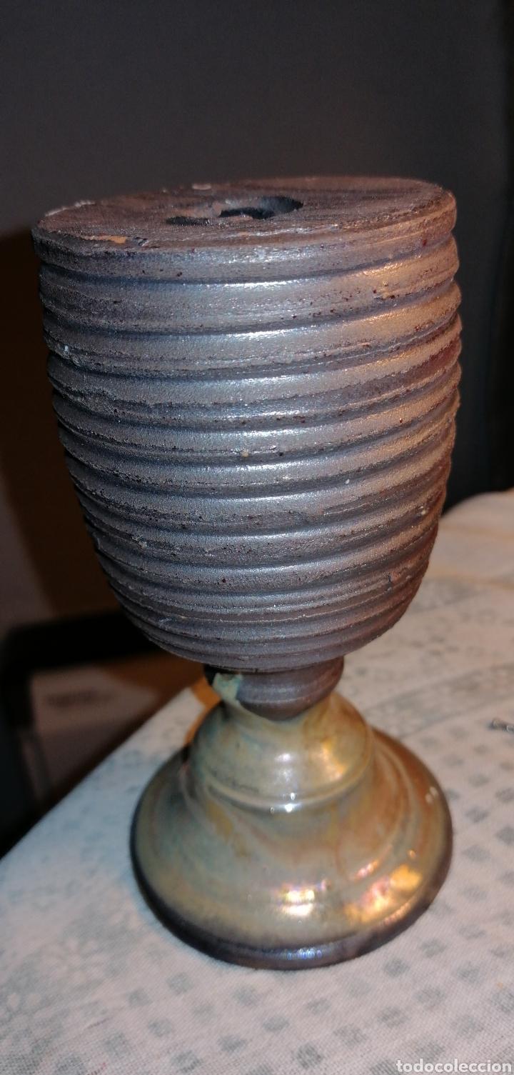 ANTIGUO OBJETO PARA VELAS EN METAL (Antigüedades - Hogar y Decoración - Portavelas Antiguas)