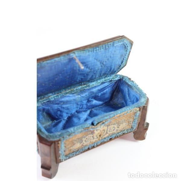 Antigüedades: Antigua caja joyero de madera forrada - Foto 2 - 149397982