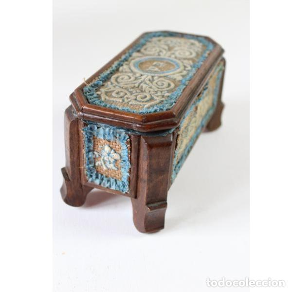 Antigüedades: Antigua caja joyero de madera forrada - Foto 4 - 149397982