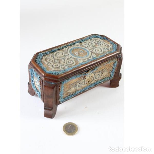Antigüedades: Antigua caja joyero de madera forrada - Foto 8 - 149397982