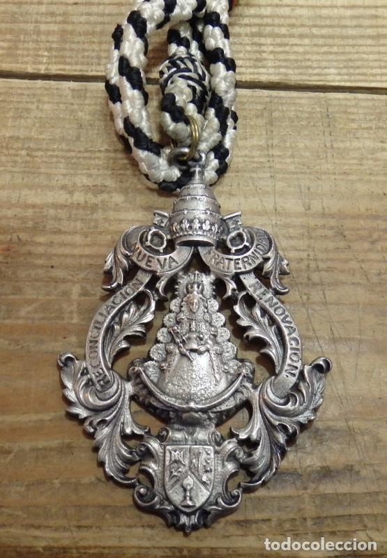 MEDALLA CON CORDON HERMANDAD DEL ROCIO DE BORMUJOS, 1975, PRIMERA ROMERIA (Antigüedades - Religiosas - Medallas Antiguas)