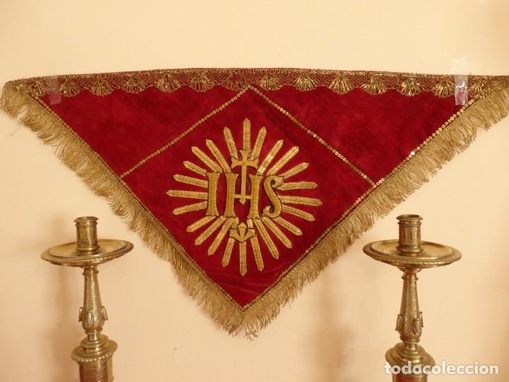 Antigüedades: El triángulo como símbolo religioso. S. XIX. Terciopelo, bordados en oro y encajes. 70 x 39 cm. - Foto 2 - 149537310