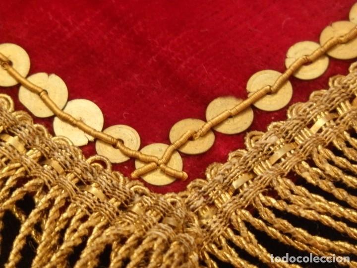 Antigüedades: El triángulo como símbolo religioso. S. XIX. Terciopelo, bordados en oro y encajes. 70 x 39 cm. - Foto 7 - 149537310