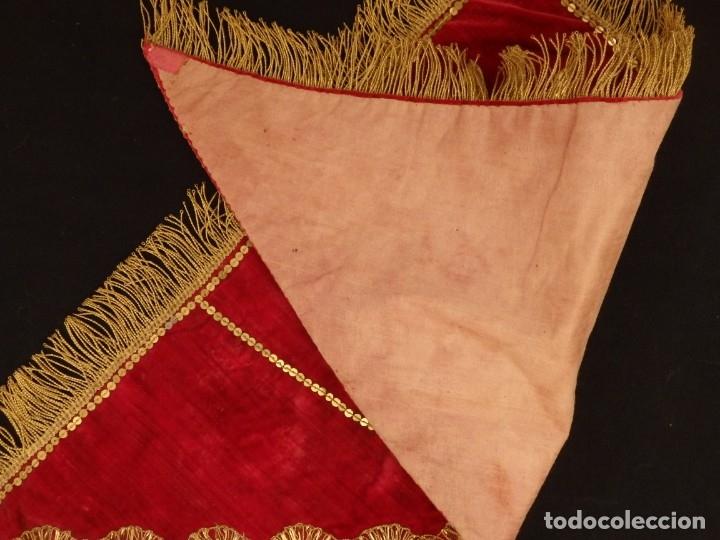 Antigüedades: El triángulo como símbolo religioso. S. XIX. Terciopelo, bordados en oro y encajes. 70 x 39 cm. - Foto 9 - 149537310