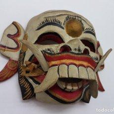 Antigüedades: ORIGINAL MÁSCARA ANTIGUA TAILANDESA DE MADERA CON CARA DE DEMONIO PINTADA A MANO.. Lote 149590270
