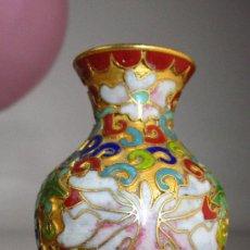 Antigüedades: PEQUEÑO PRECIOSO JARRON ANTIGUO CLOISONE AL ESMALTE Y BRONCE. Lote 149603530