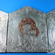 Antigüedades: CURIOSO TRIPTICO DE ESTAÑO REPUJADO CON LA VIRGEN Y EL NIÑO 33 CM ALTO X 53 CM ANCHO. Lote 149631818