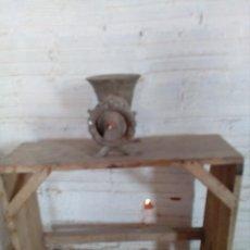 Antigüedades: ANTIGUA MAQUINA DE PICAR CARNE CON POTRO DE MADERA. Lote 149636606