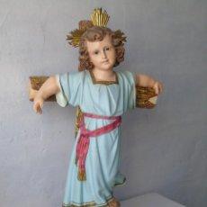 Antigüedades: FIGURA NIÑO JESUS OJOS DE CISTAL SOBRE PEANA MADERA GRAN TAMAÑO. Lote 182239066