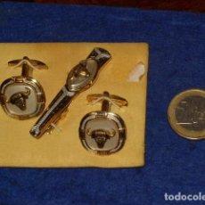 Antigüedades: JUEGO DE GEMELOS DAMASQUINADOS Y PINZA DE CORBATA.MOTIVO TOROS.. Lote 149748194