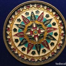 Antigüedades: PRECIOSO PLATO METALICO POLICROMADO. Lote 149780634
