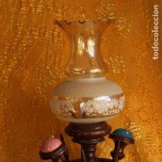 Antigüedades: PRECIOSA LAMPARA DE MADERA VINTAGE AÑOS 70S MODISTAS SASTRES COSTURA CON ALFILETEROS. Lote 149798186